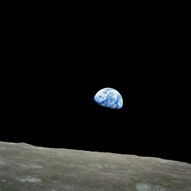 月の地平線から姿を現した「地球の出」。 1968年に打ち上げられたアポロ8号の乗組員が撮影した。 Photograph courtesy NASA